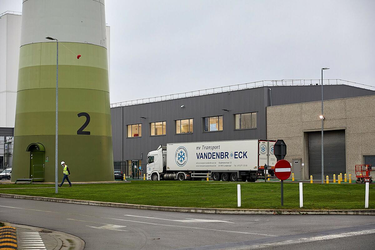 Một chiếc xe tải chứa vaccine đỗ bên ngoài nhà máy sản xuất của Pfizer ở Bỉ. Ảnh: NY Times