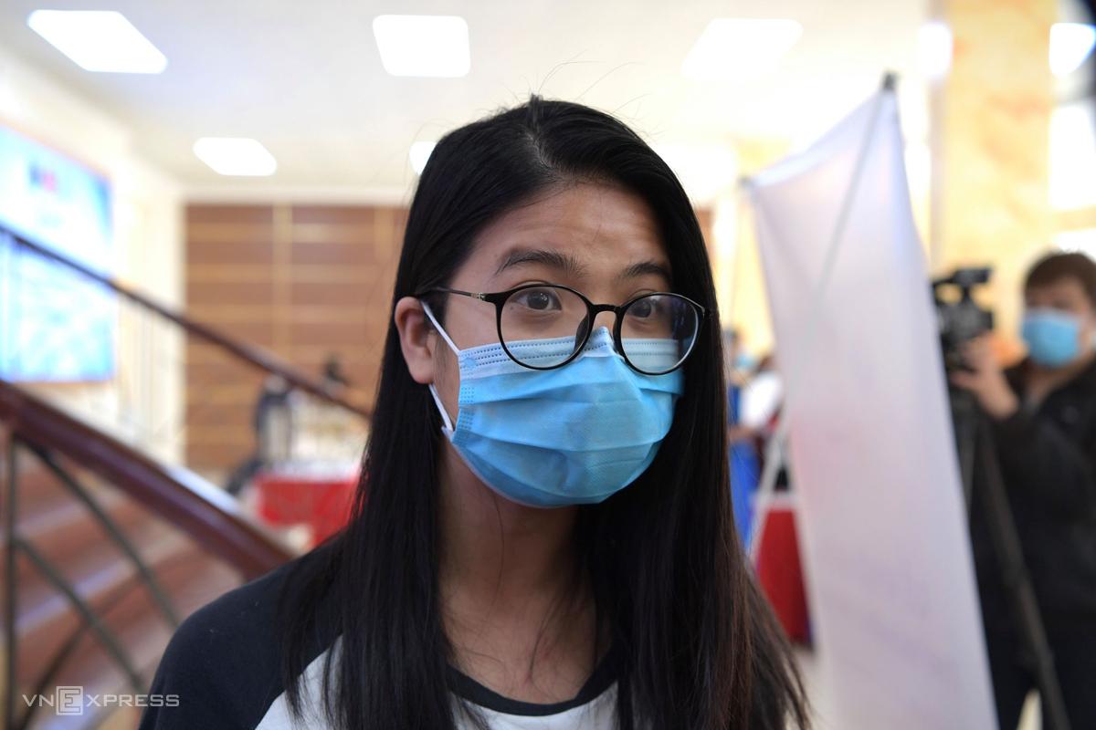 Cô gái đầu tiên đăng ký trở thành tình nguyện viên thử nghiệm vaccine Covid-19 Nanocovax, sáng 10/12. Ảnh: Chi Lê.