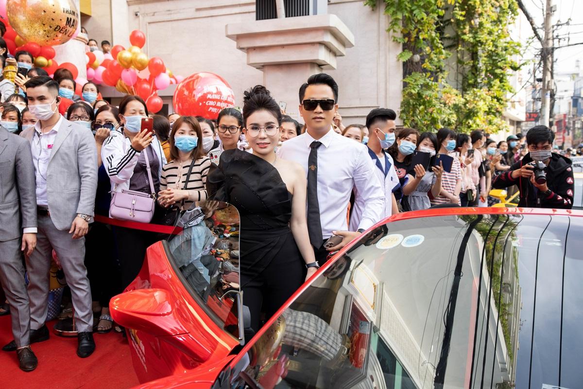 Tổng giám đốc Mailisa, doanh nhân Phan Thị Mai - xuất hiện cùng chiếc siêu xe Ferrari 488 Pista Spider. Cô cho biết chồng cô - doanh nhân Hoàng Kim Khánh - tặng siêu xe cho bà xã nhân kỷ miệm 22 thành lập Thẩm Mailisa. Chồng cô nổi tiếng với thú chơi xế sang, sở hữu loạt xe đắt đỏ.