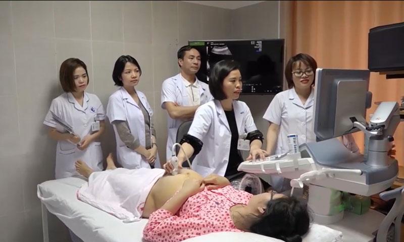 Bác sĩ Sim siêu âm cho sản phụ. Ảnh: Bệnh viện cung cấp.