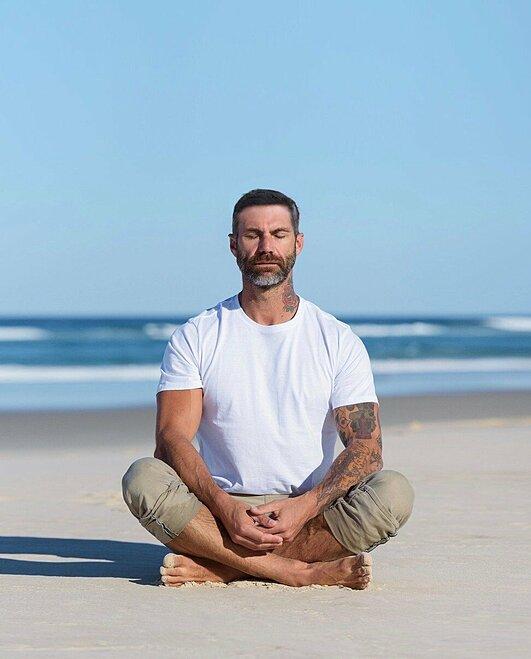 Damien Rider ngồi thiền trên bờ biển. Ảnh: SCMP