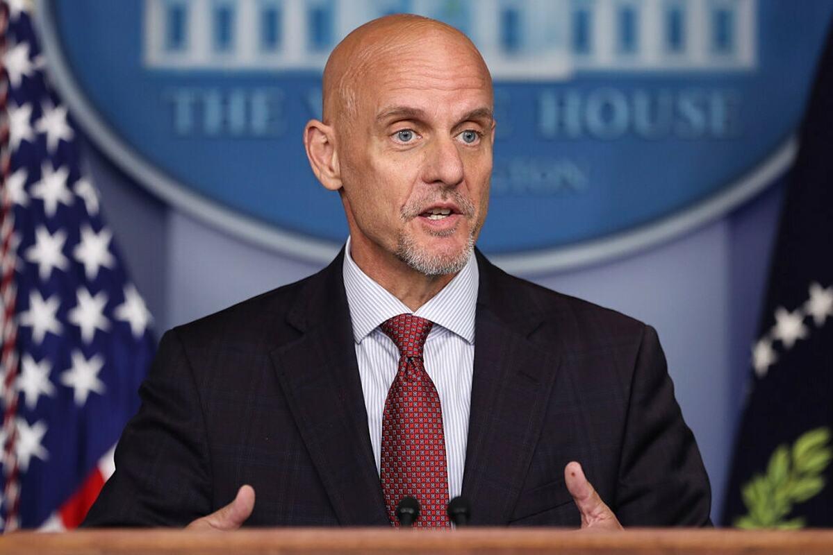 Tiến sĩ Stephen Hahn, Ủy viên cấp cao của FDA, phát biểu tại Nhà Trắng trong cuộc họp phê duyệt vaccine Covid-19 hôm 11/12. Ảnh: NY Times