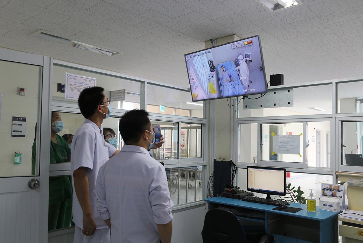 Bác sĩ đang hội chẩn cho bệnh nhân 1405 qua trực tuyến. Ảnh: Phương Thảo.