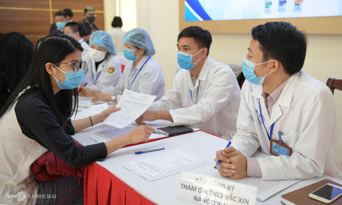 Bàn tư vấn đăng ký thử nghiệm lâm sàng Nanocovax tại Học viện Quân y ngày 10/12. Ảnh: Văn Phong.