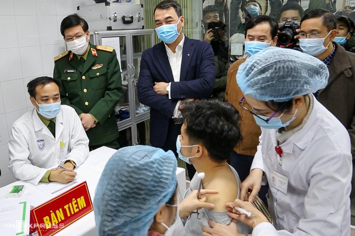 Người đầu tiên được tiêm thử nghiệm vaccine Covid-19 Nanocovax. Ảnh: Huy Mạnh.