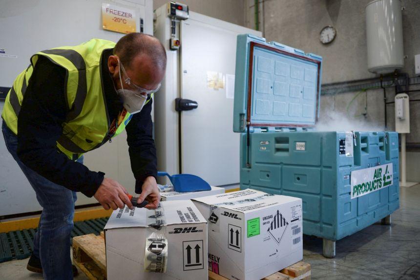 Các thùng vaccine được bảo quản đông lạnh để vận chuyển. Ảnh: Reuters.