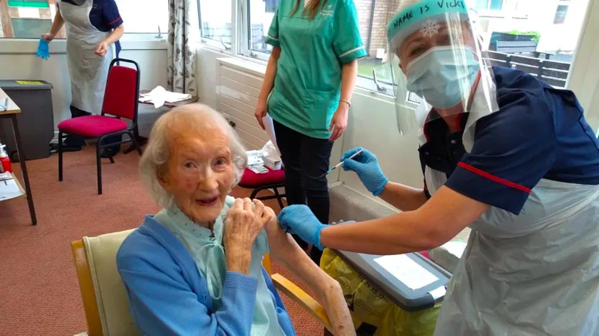 Cụ bà Mary Keir, 104 tuổi, được tiêm vaccine tại Viện dưỡng lão Awel Twyi, ngày 18/12. Ảnh: BBC