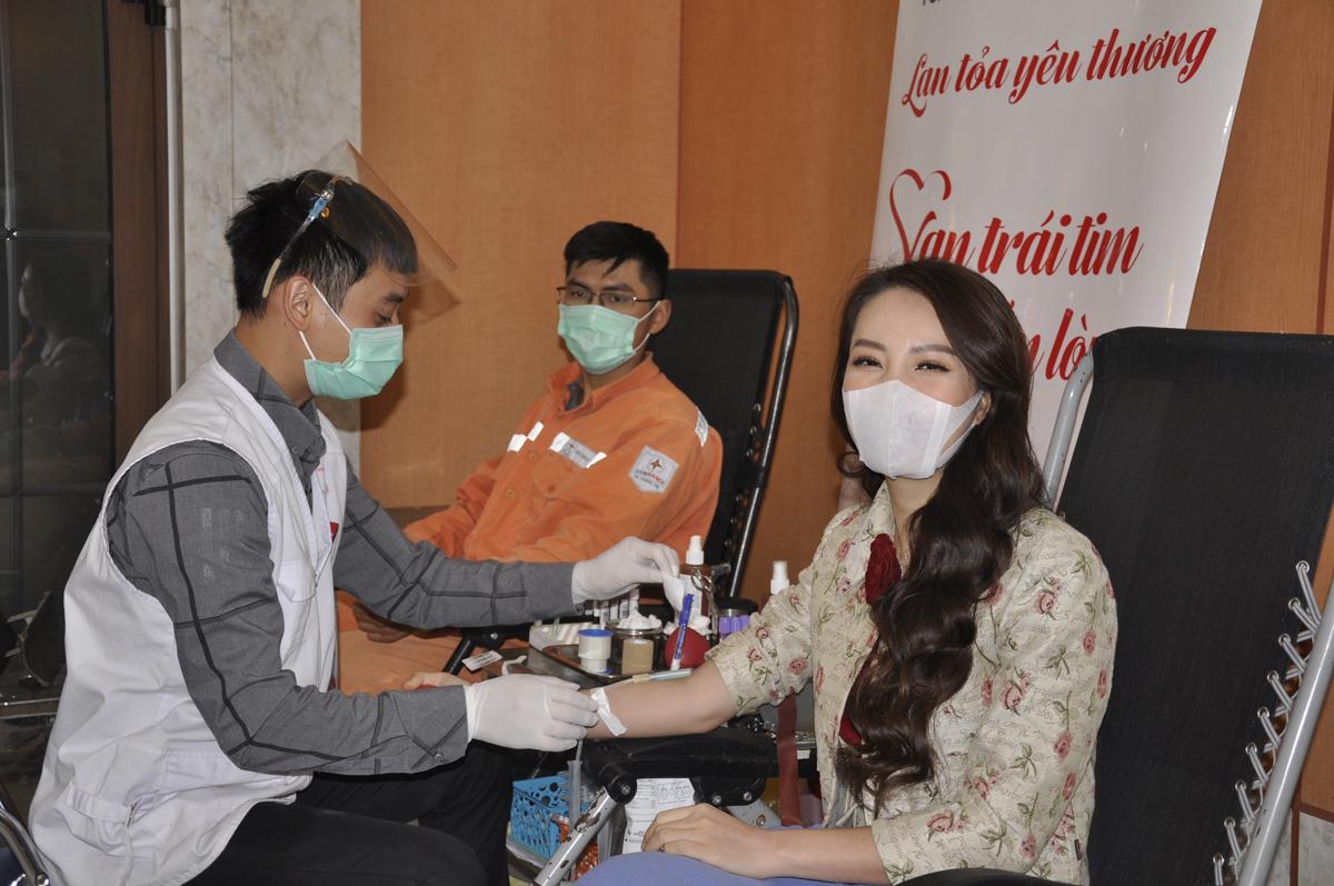 Bên cạnh là một người dẫn chương trình, MC Thụy Vân thường xuyên tham gia các hoạt động hiến máu như một tình nguyện viên thực thụ. Lần này, người đẹp đăng ký hiến máu tại tuần lễ hồng EVNHANOI với hy vọng, đơn vị máu của mình có thể góp một phần nhỏ, giúp nhiều người bệnh khỏe mạnh để đoàn viên cùng gia đình dịp Tết.