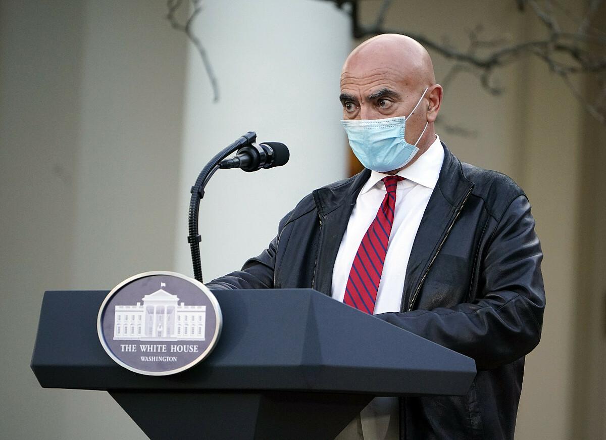 Moncef Slaoui, cố vấn chính của Chiến dịch Thần tốc, phát biểu taị Vườn Hồng của Nhà Trắng, ngày 13/11. Ảnh: AFP