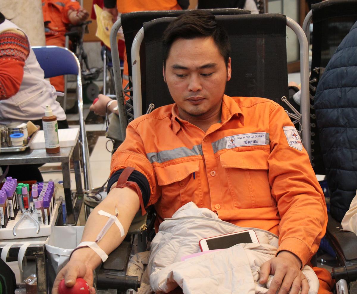 Với anh Vũ Duy Hòa, 33 tuổi, Công ty điện lực Cầu Giấy ngày hôm nay thật đặc biệt. Sau 10 năm công tác trong ngành, lần đầu tiên anh tham gia hiến máu. Duy Hòa lâng lâng hạnh phúc khi nghĩ đến một người bệnh khỏe mạnh bởi máu của mình chảy trong huyết quản của họ. Ban đầu, anh có tâm lý lo lắng nhưng nhờ sự trợ giúp của các bác sĩ giàu kinh nghiệm, chuyên nghiệp nên quy trình hiến máu của Hòa diễn ra thuận lợi.
