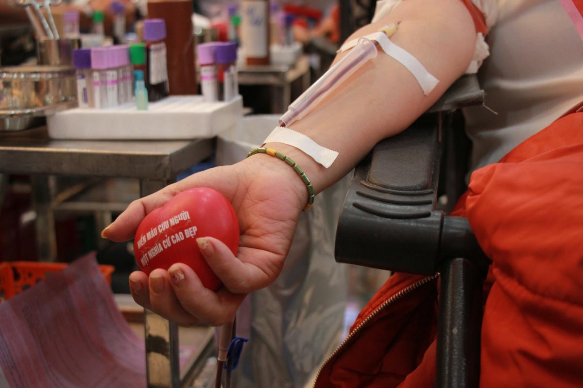Tham sự sự kiện, tiến sĩ Ngô Mạnh Quân - Phó giám đốc trung tâm máu Quốc gia - Viện Huyết học Truyền máu Trung ương chia sẻ, vào thời điểm tháng 12, nhiều đơn vị lo sản xuất kinh doanh nên tạm gác lại các chương trình hiến máu tình nguyện. EVNHANOI vẫn thực hiện hoạt động hiến máu là đáng quý. Theo đó, toàn bộ máu thu được sẽ đưa về Viện Huyết học truyền máu Trung ương để xử lý tập trung, tách ra các thành phần như hồng cầu, bạch cầu, tiểu cầu để truyền cho người bệnh cần đến.