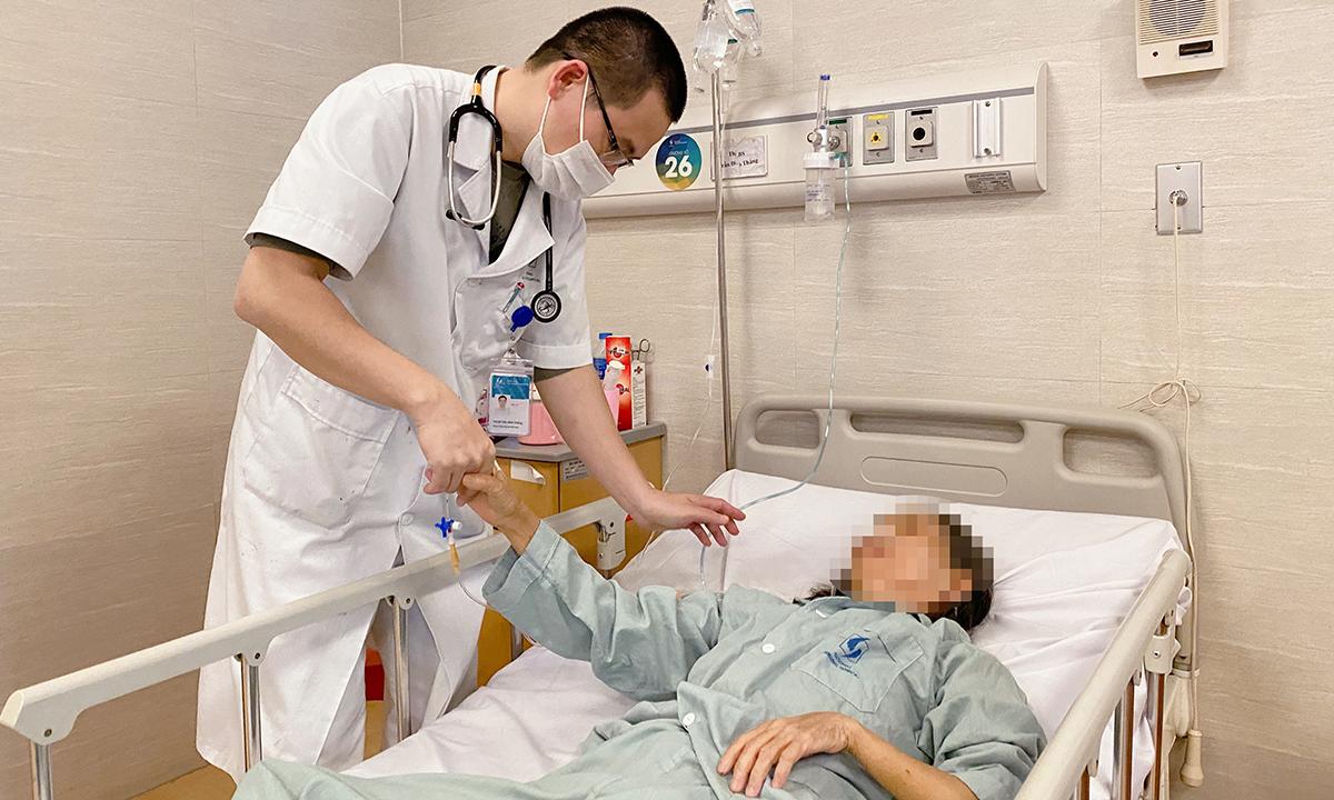 Bác sĩ Trần Đình Thắng, Khoa Cấp cứu Đột quỵ kiểm tra sức khỏe bệnh nhân, ngày 21/12. Ảnh: Thùy An