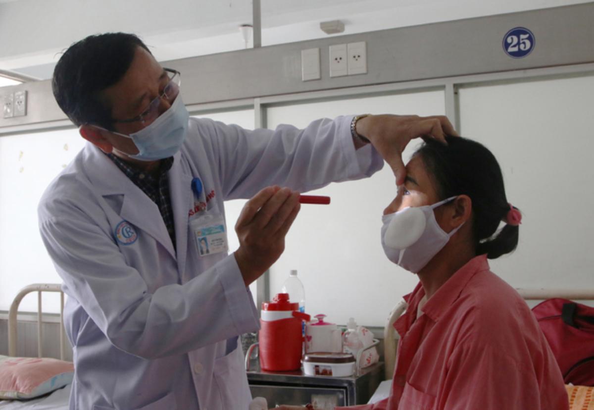 Người phụ nữ 53 tuổi, ở Bạc Liêu được ghép giác mạc, thoát mù nhờ một người đàn ông xa lạ bị tai nạn lao động, chết não hiến tặng. Ảnh: Thư Anh