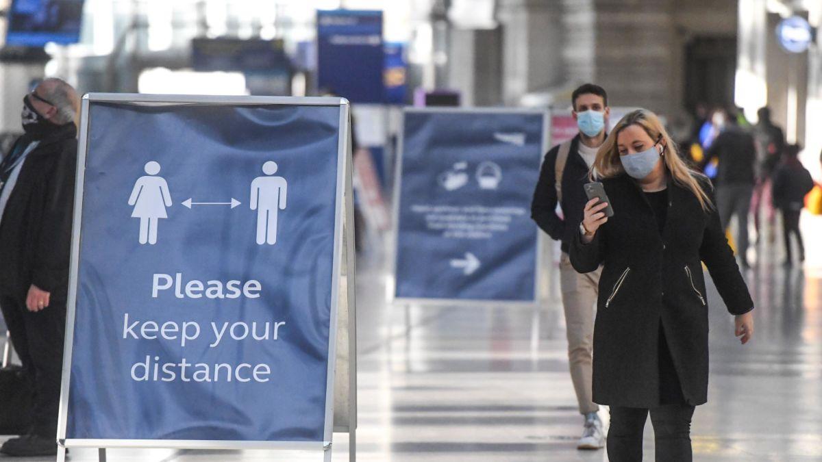 Người dân Anh được cảnh báo giãn cách sau khi phát hiện chủng nCoV mới. Ảnh: CNN.