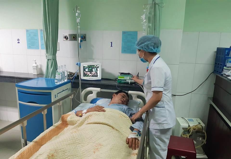 Nhân viên y tế đang chăm sóc bệnh nhân. Ảnh: Sơn Thủy.
