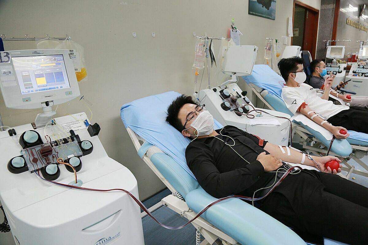 Nhiều người đến hiến tiểu cầu tại Viện Huyết học – Truyền máu Trung ương. Ảnh: Công Thắng.