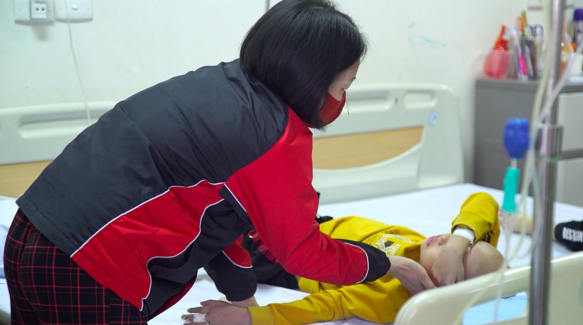 Tuấn Việt mắc ung thư máu đang được điều trị tại Viện Huyết học – Truyền máu Trung ương. Ảnh: Công Thắng.
