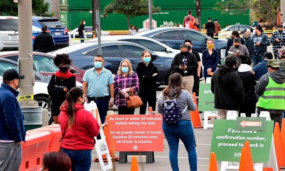 Người dân chờ đợi để xét nghiệm Covid-19 tại  Los Angeles, tháng 12/2020. Ảnh: AFP