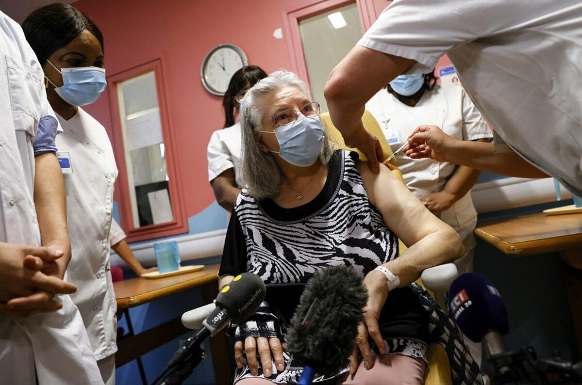 Bà Mauricette, 78 tuổi, là người đầu tiên tiêm vaccine Covid-19 tại Pháp, ngày 27/12. Ảnh: AP