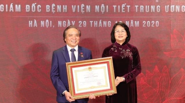 Phó Chủ tịch nước Đặng Thị Ngọc Thịnh trao bằng khen cho ông Trần Ngọc Lương, ngày 29/12. Ảnh: Minh Quyết.