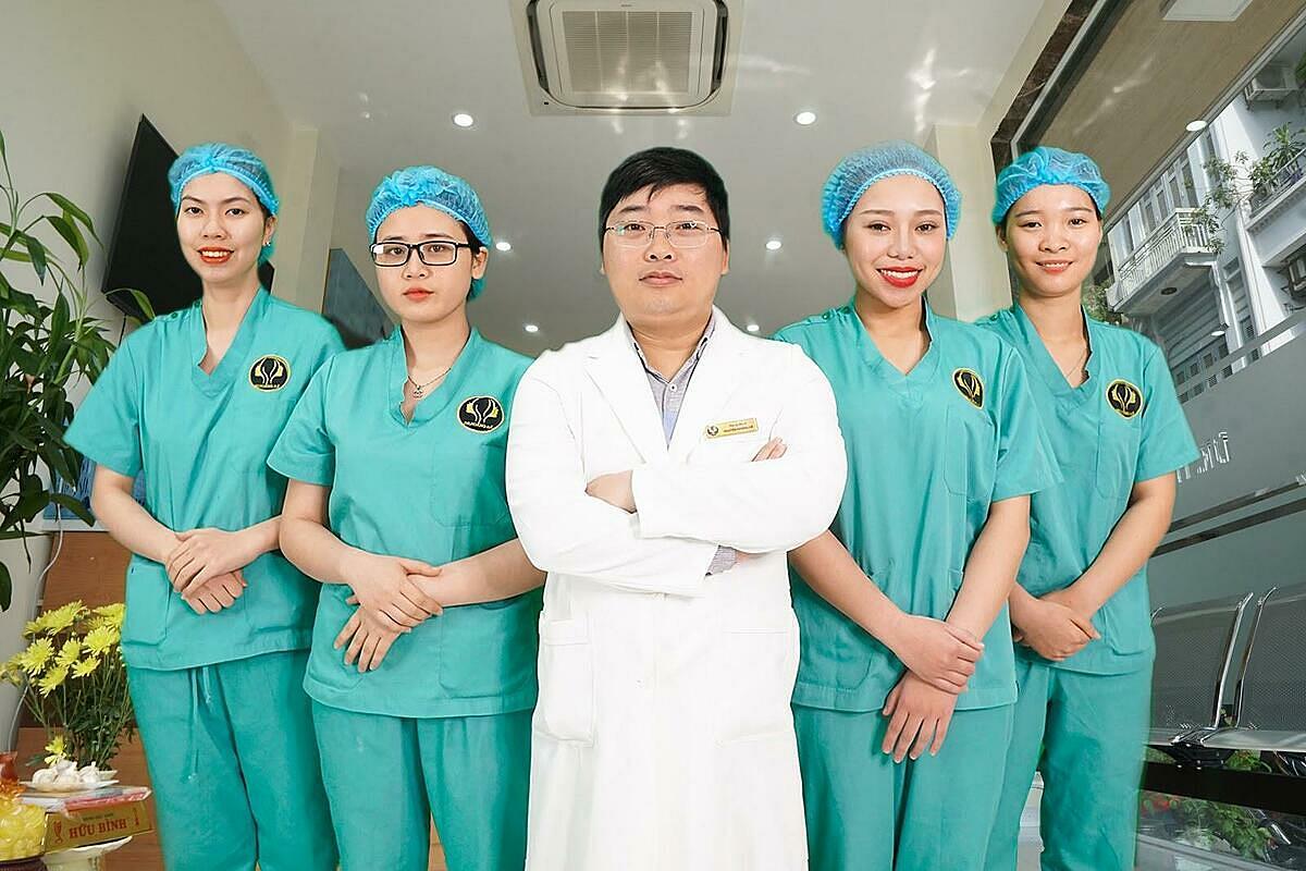 Thạc sĩ - bác sĩ Nguyễn Hoàng Hà (áo trắng)