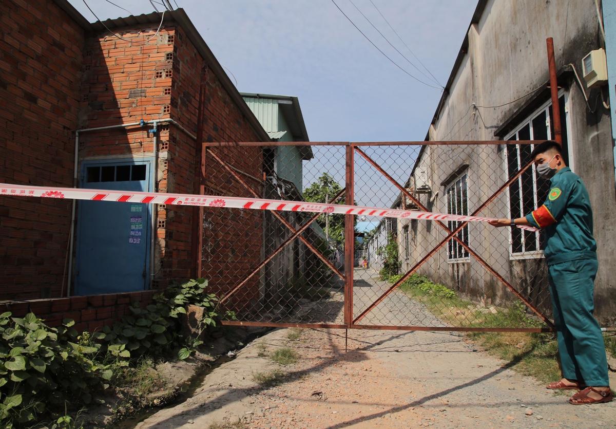 Lực lượng chức năng phong tỏa hẻm có xưởng cơ khí, nơi nam thanh niên trong nhóm vượt biên trái phép làm việc, sáng 29/12. Ảnh: Đình Văn.