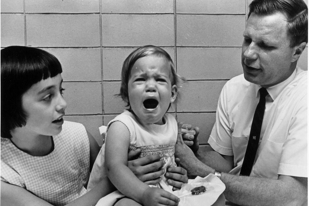 Jeryl Lynn Hilleman khi được tiêm vaccine do bố sáng chế vào năm 1966. Ảnh: NYTimes.