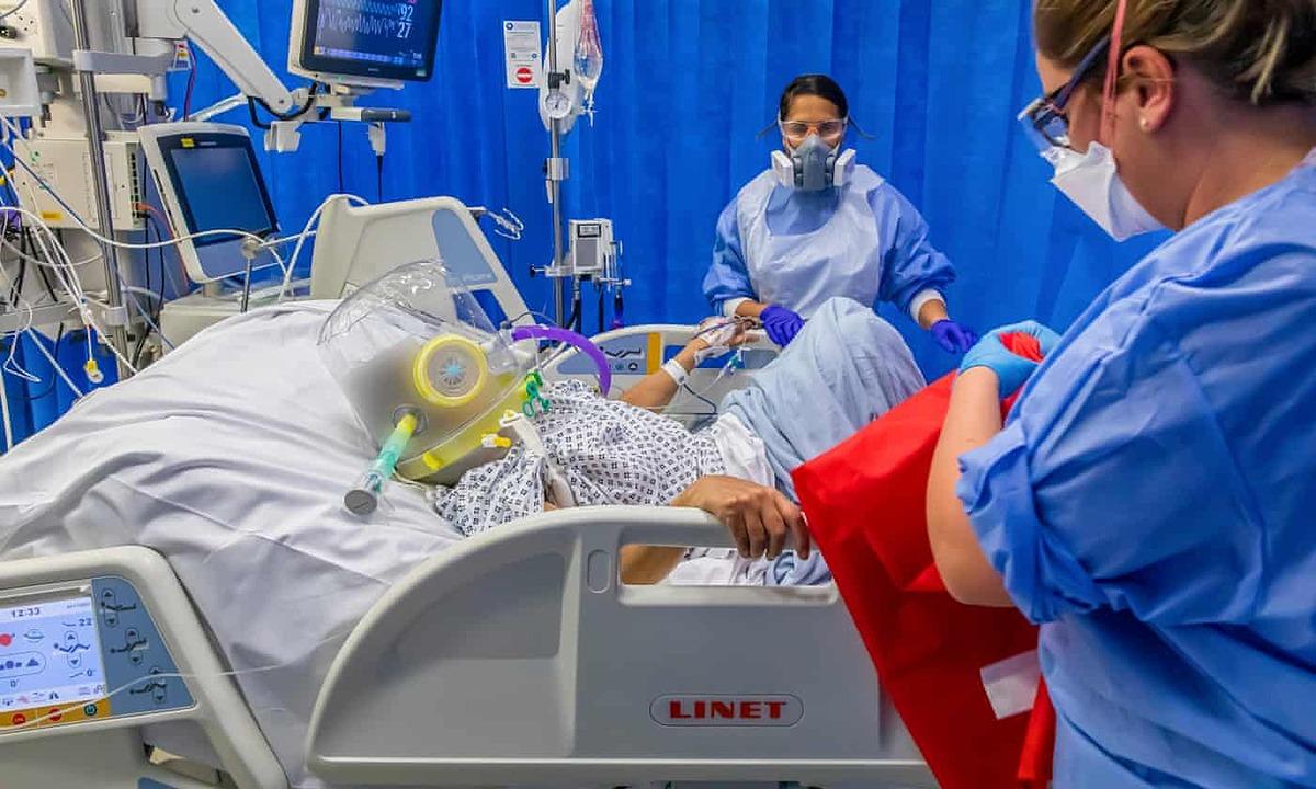 Một số đơn vị chăm sóc đặc biệt ở London quá tảu khiến bác sĩ phải chuyển bệnh nhân đến Yorkshire. Ảnh: Guardian