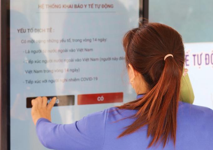 Hệ thống khai báo y tế tự động có camera nhận diện khuôn mặt tại Bệnh viện Chợ Rẫy. Ảnh: Nguyên Hạnh.