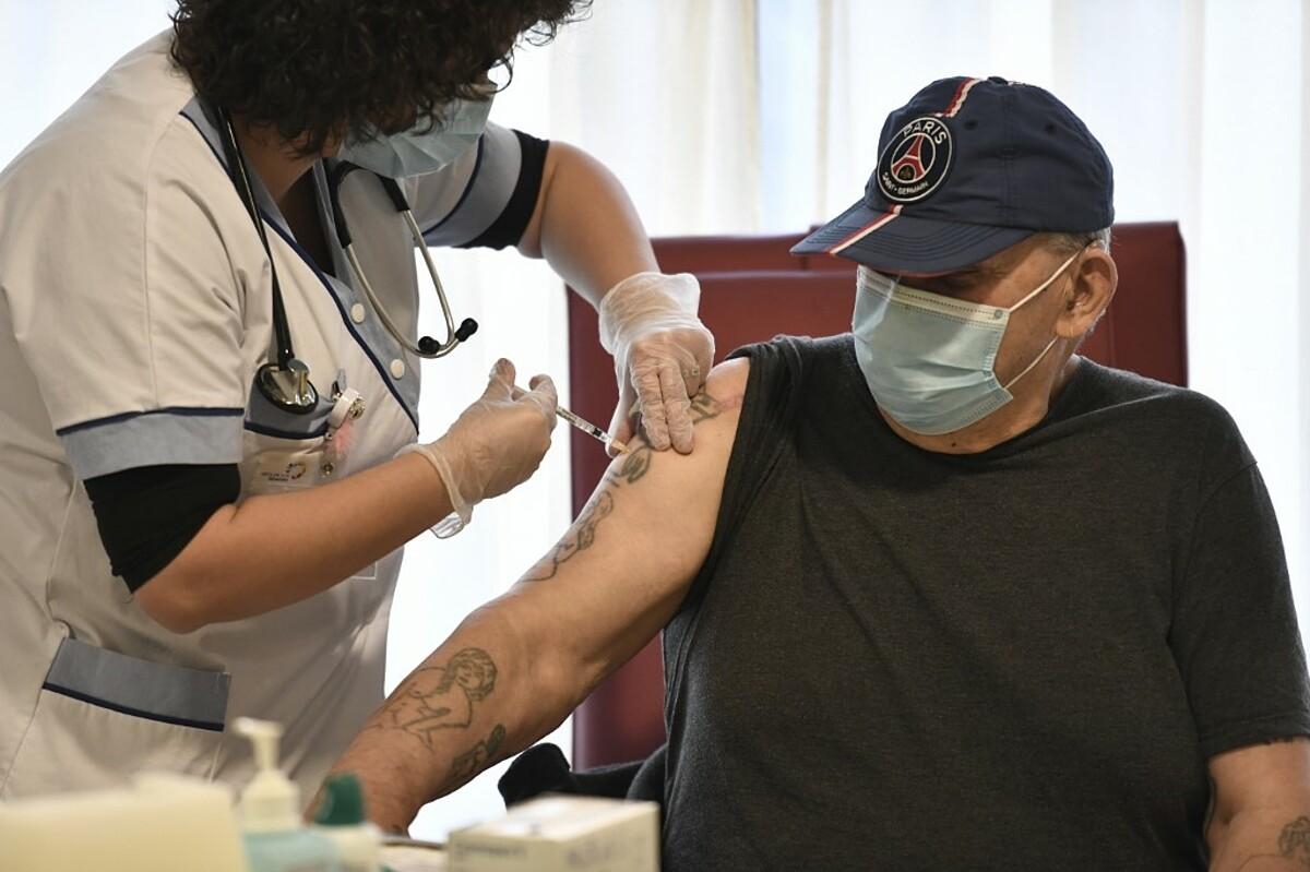 Nhân viên y tế tiêm vaccine Covid-19 cho người cao tuổi tại một viện dưỡng lão ở Bobigny, ngoại ô Paris, ngày 30/12. Ảnh: AFP