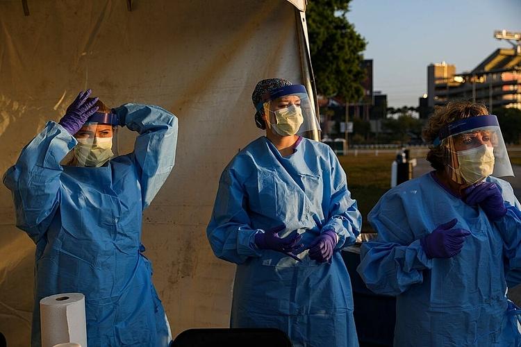 Nhóm nhân viên y tế tại Tampa, Florida chuẩn bị xét nghiệm Covid-19 cho người dân. Ảnh:NY Times