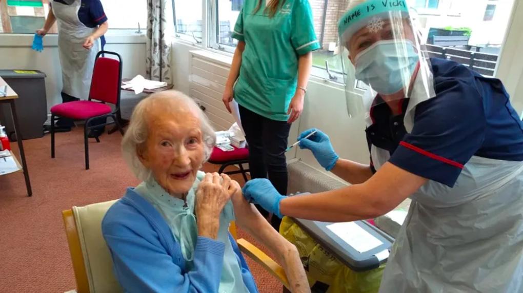 Cụ bà Mary Keir, 104 tuổi, được tiêm vaccine Pfizer tại Viện dưỡng lão Awel Twyi, ngày 18/12. Ảnh:BBC
