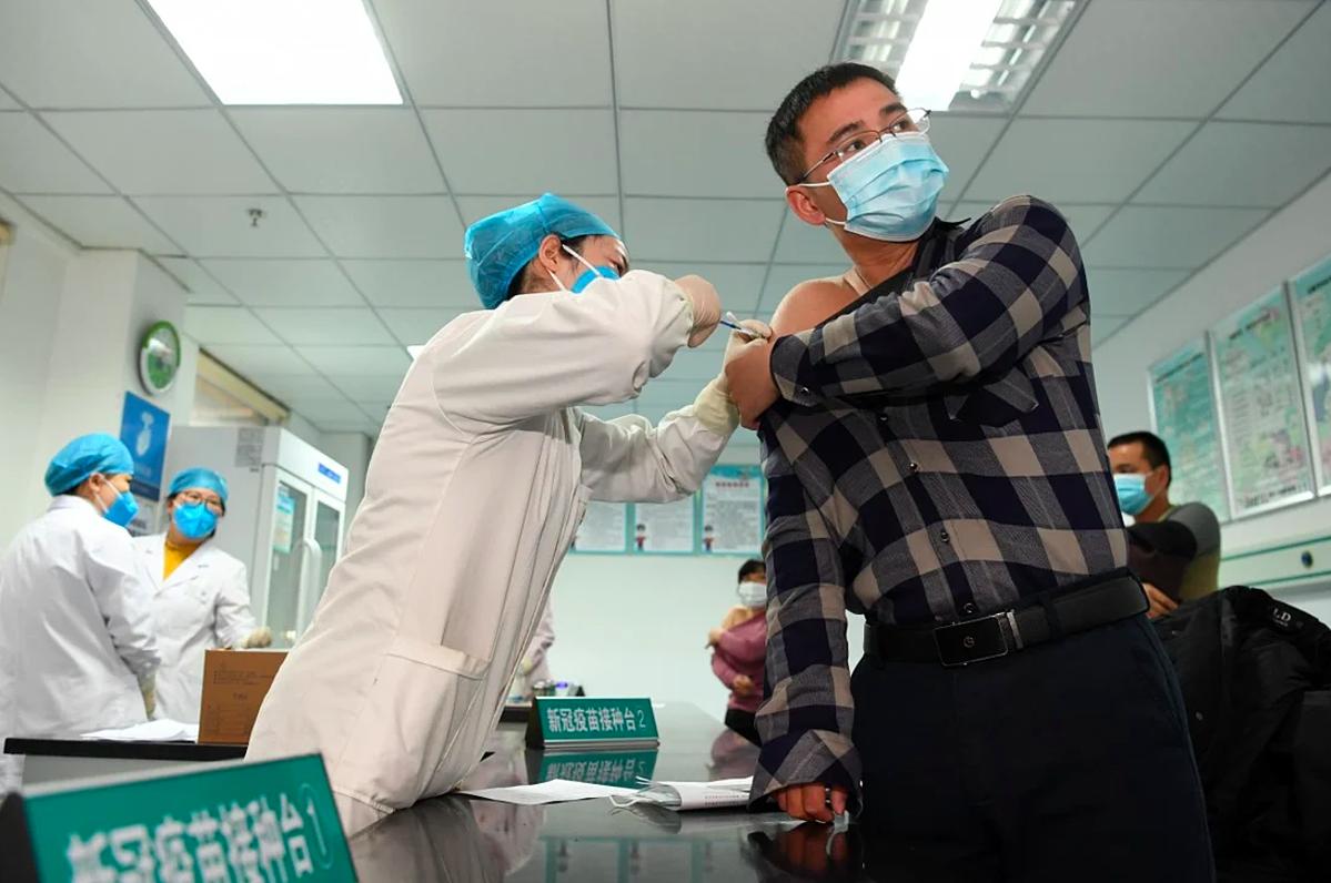 Người dân Trung Quốc được tiêm vaccine phòng Covid-19, tháng 9/2020. Ảnh: Xinhua