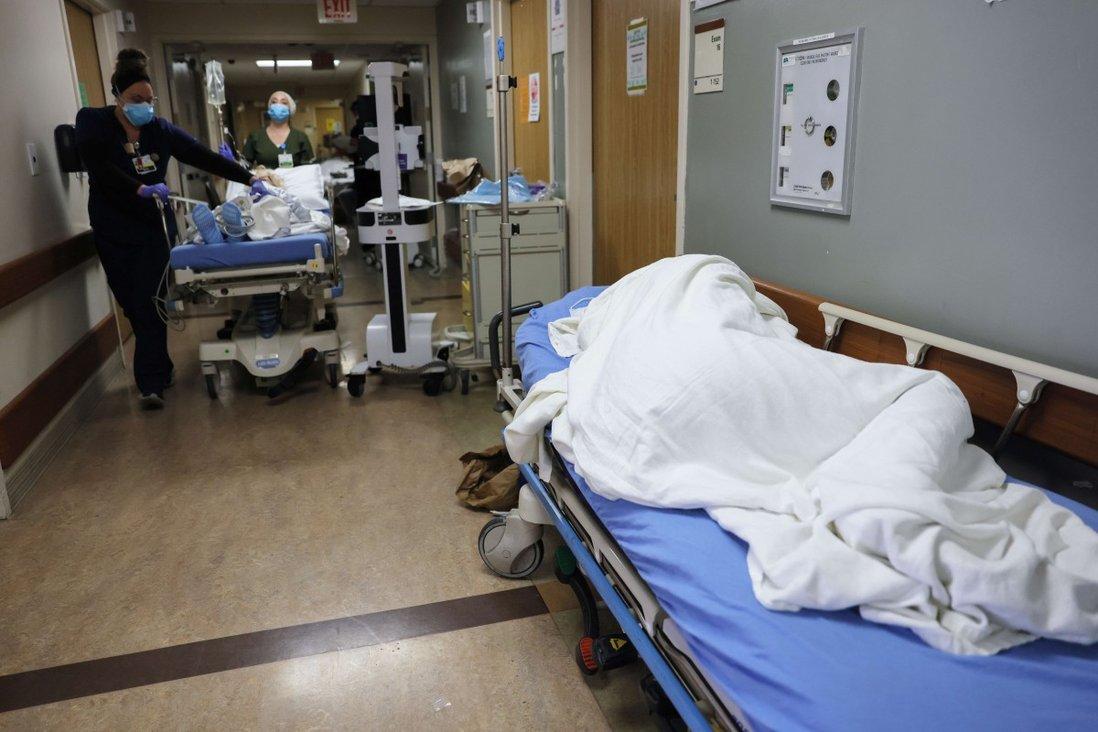 Một bệnh nhân nằm trên cáng ở hành lang tại Trung tâm Y tế Providence St Mary, Thung lũng Apple, California. Ảnh:AFP