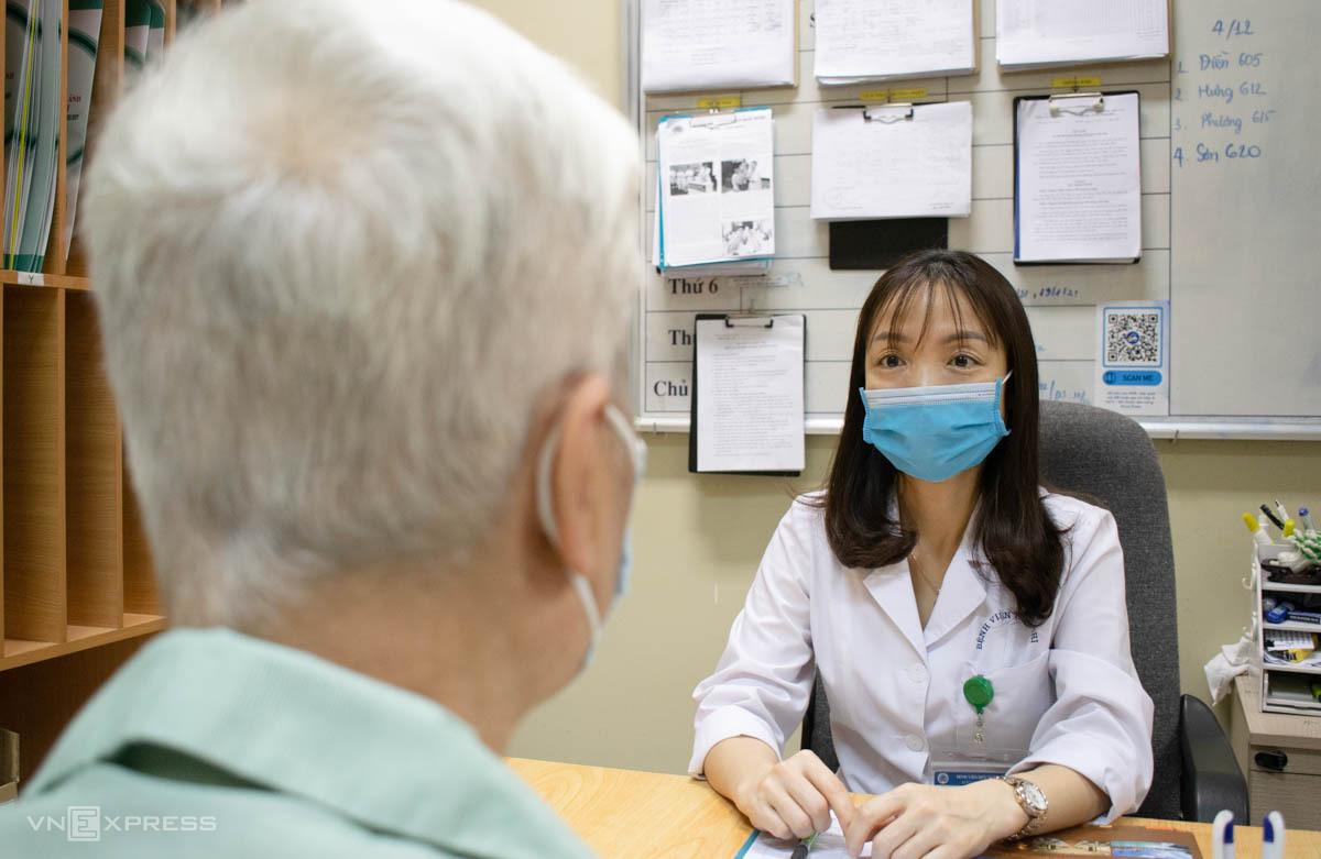 Bác sĩ Tâm khám cho người bệnh ung thư tuyến tiền liệt. Ảnh: Chi Lê
