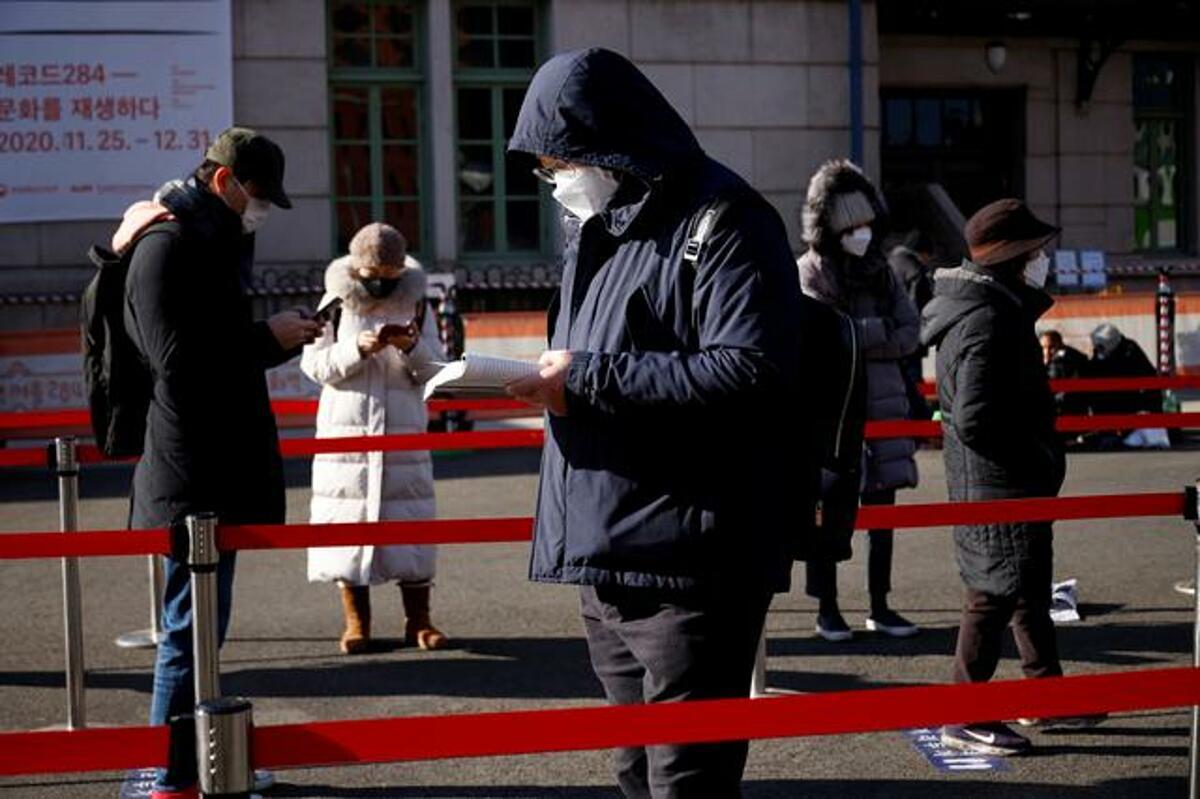 Người dân Seoul xếp hàng để được xét nghiệm nCoV, ngày 25/12. Ảnh: Reuters
