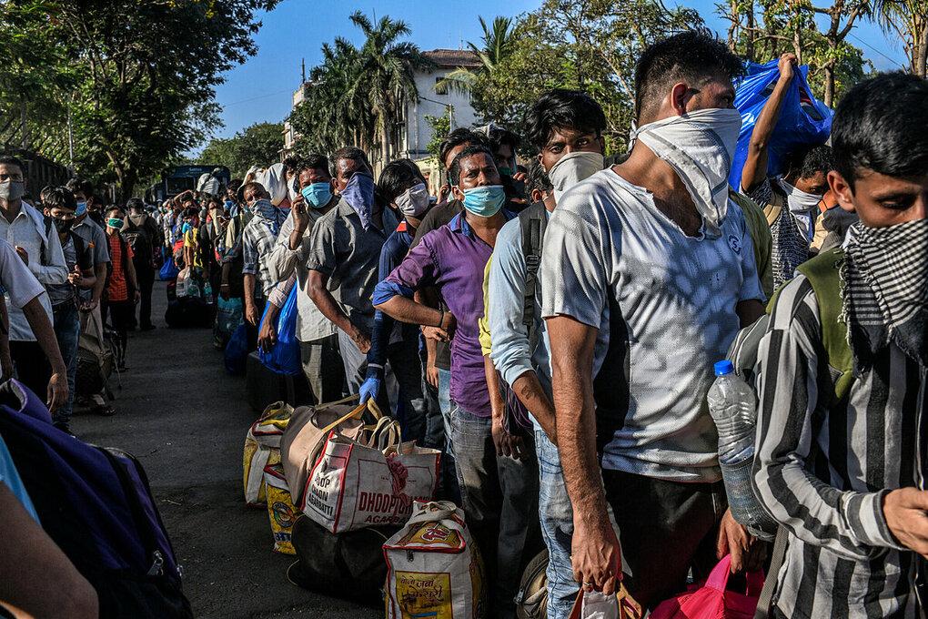 Lao động nhập cư ở Mumbai xếp hàng để lên chuyến tàu hồi hương, vào tháng 5/2020.  Ảnh:NY Times