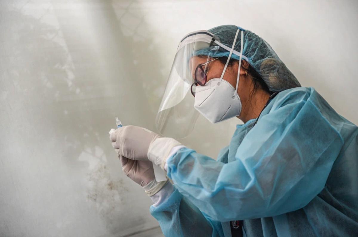 Nhân viên y tê Ai  Cập thu thập mẫu xét nghiệm Covid-19 của người dân. Ảnh: AFP