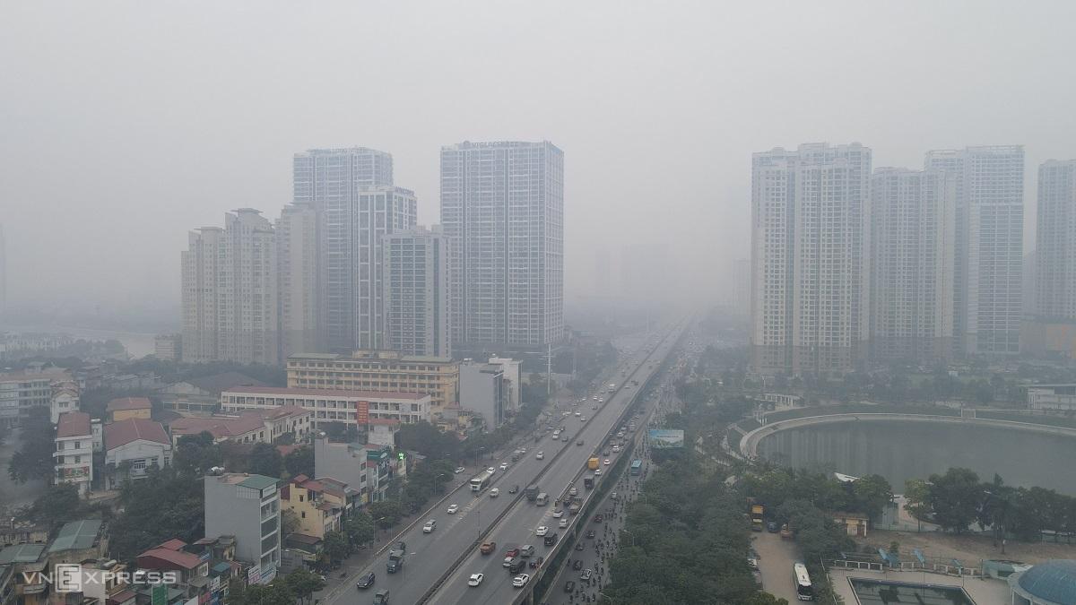 Bầu trời mịt mù nhìn từ tòa nhà trên cao, khu vực Thanh Xuân, Hà Nội sáng 5/1. Ảnh: Lộc Chung
