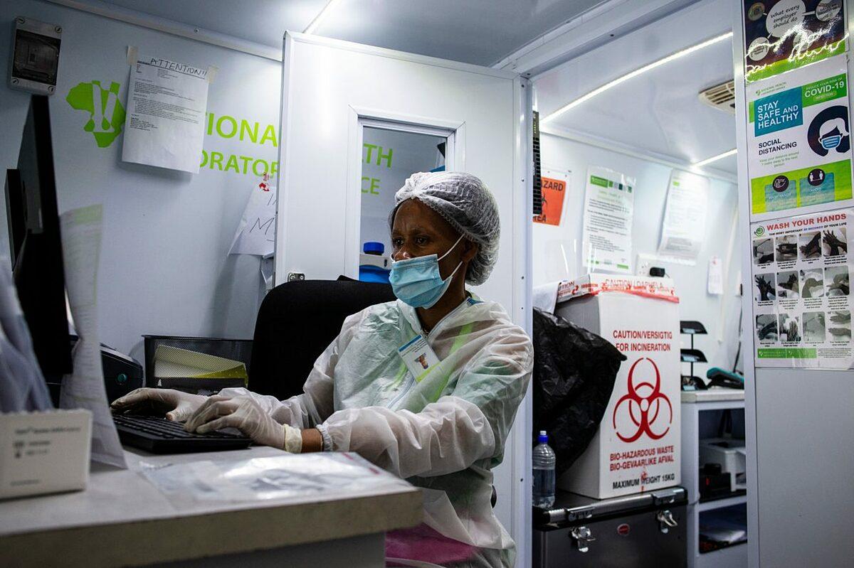 Nhân viên y tế làm việc tại Cơ quan Y tế Nam Phi. Ảnh: AFP