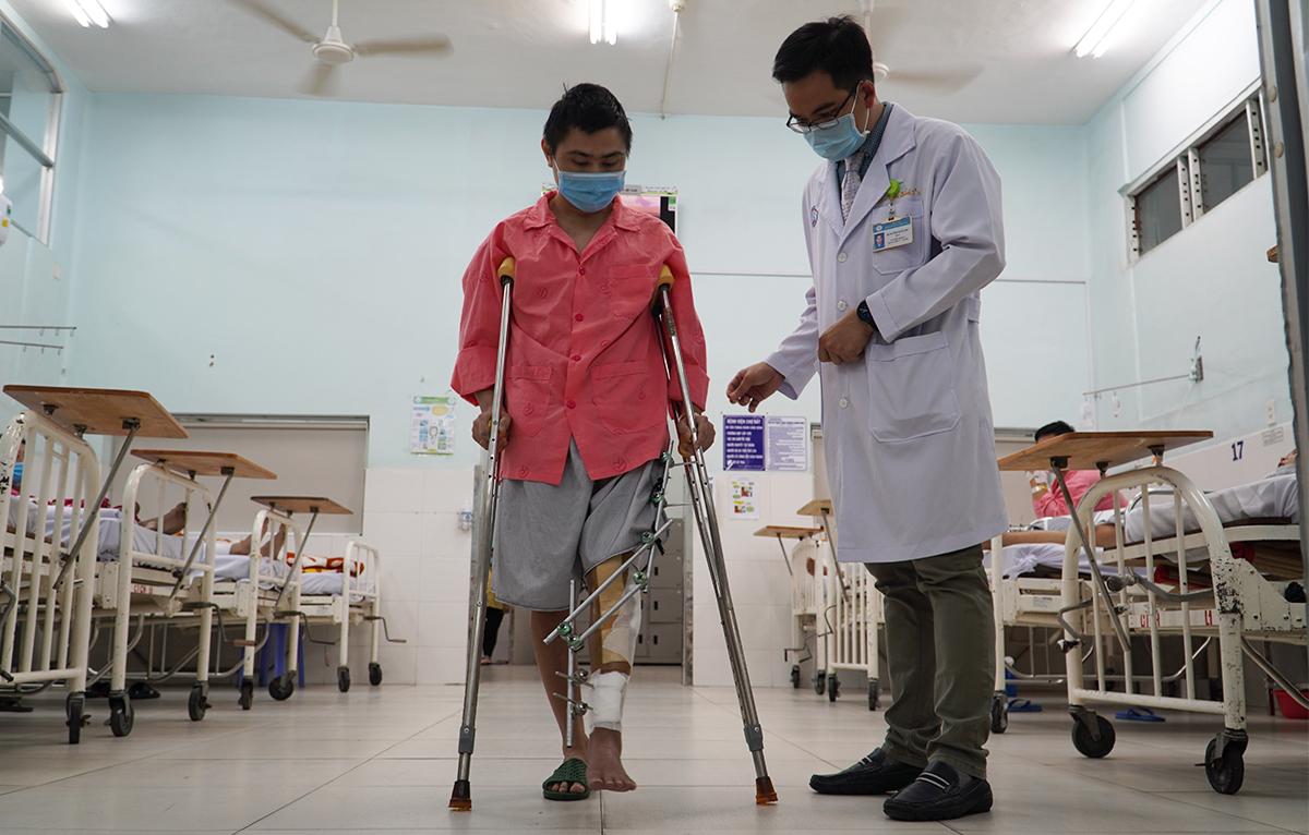 Bệnh nhân đi lại đi lại tại Khoa Chấn thương Chỉnh hình, Bệnh viện Chợ Rẫy với sự hỗ trợ của nạng