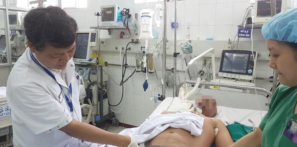 Bác sĩ Chính thăm khám cho bệnh nhân. Ảnh: Bệnh viện cung cấp.