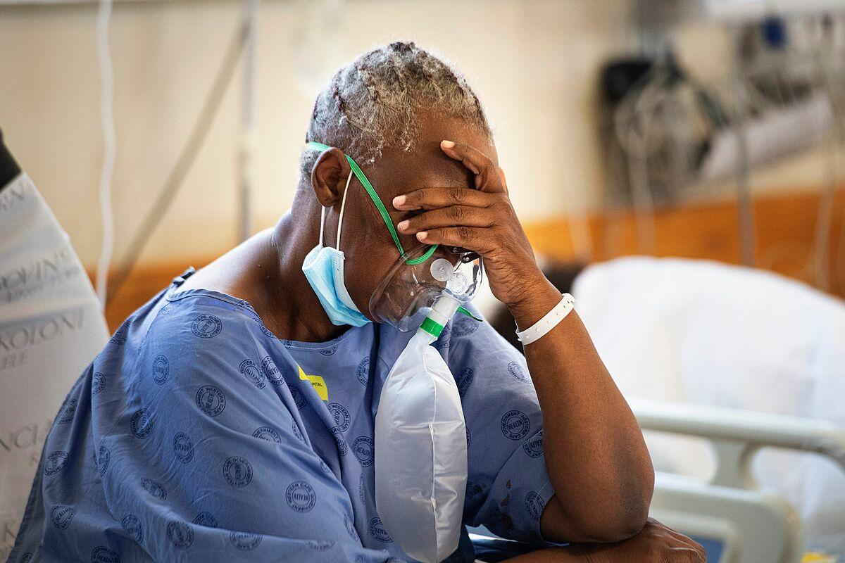 Bệnh nhân Covid-19 tại Bệnh viện Khayelitsha, cách trung tâm Cape Town khoảng 35km, ngày 29/12. Ảnh: AFP