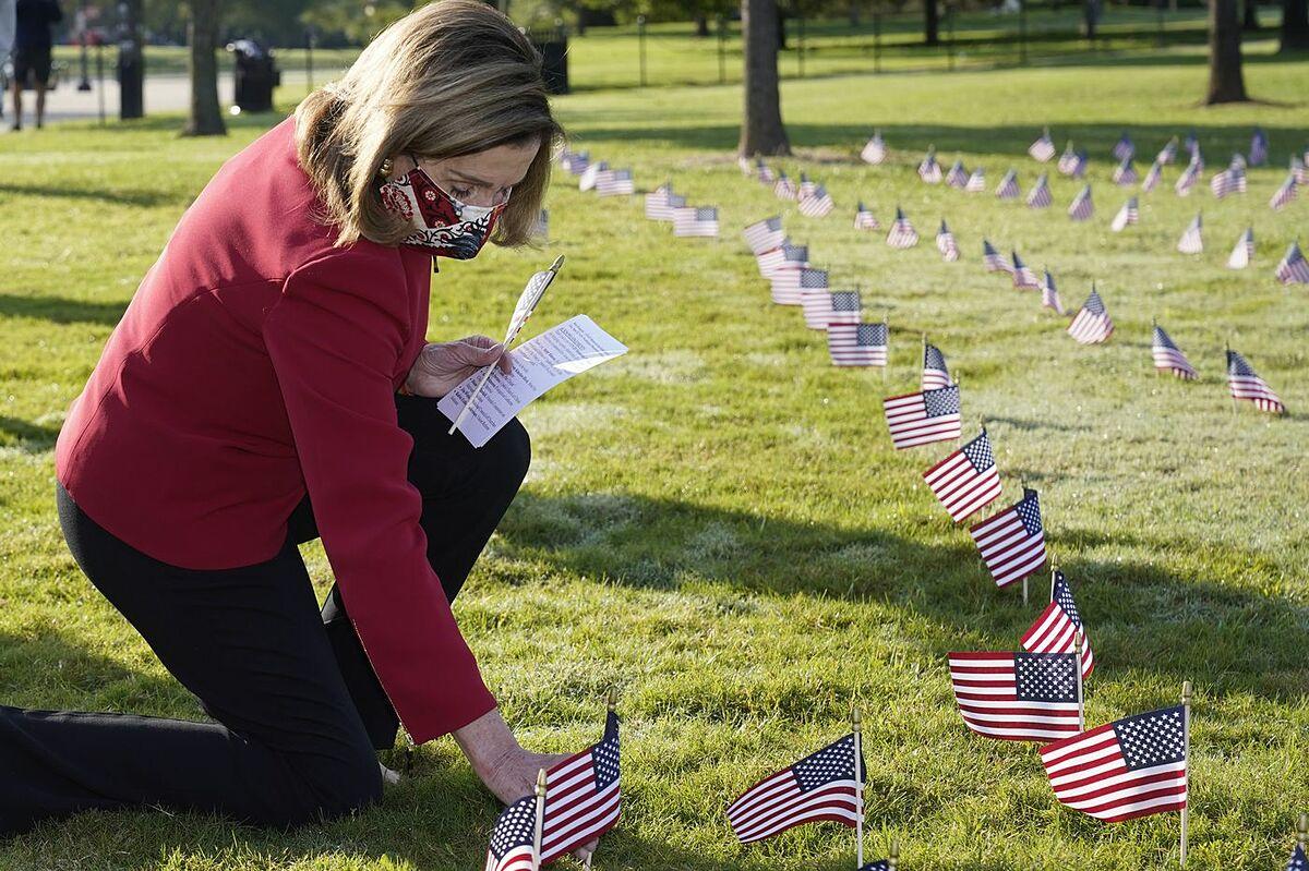 Những lá cờ tưởng niệm nạn nhân của Covid-19 được đặt tại National Mall, ngày 22/9. Ảnh: AP