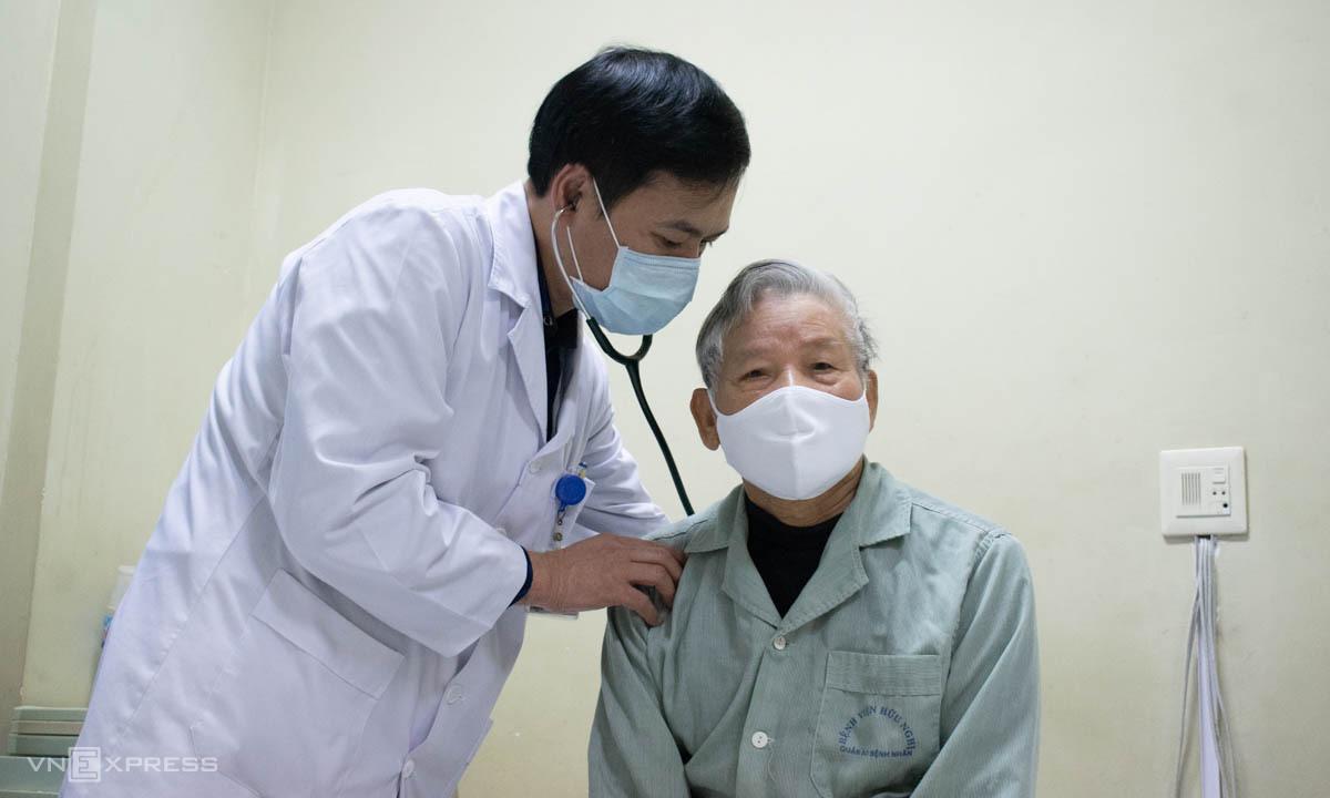 Bác sĩ Thảo khám cho người bệnh đột quỵ. Ảnh: Chi Lê.