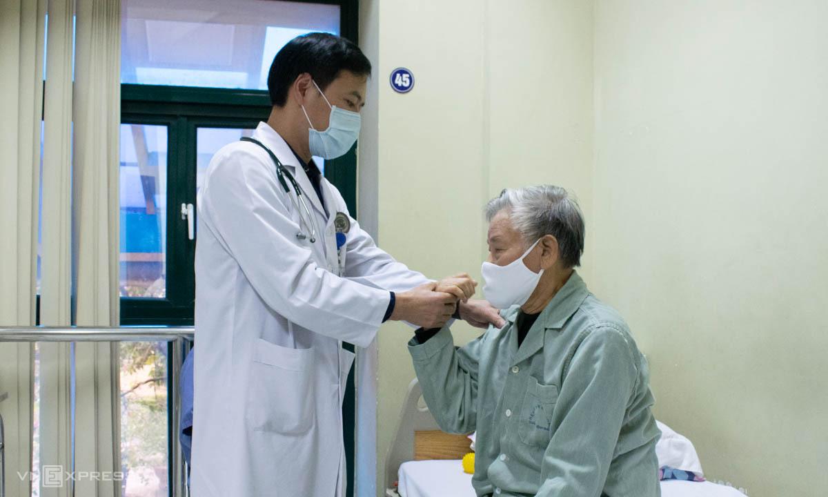 Bác sĩ Thảo kiểm tra khả năng vận động của người bệnh đột quỵ. Ảnh Chi Lê.