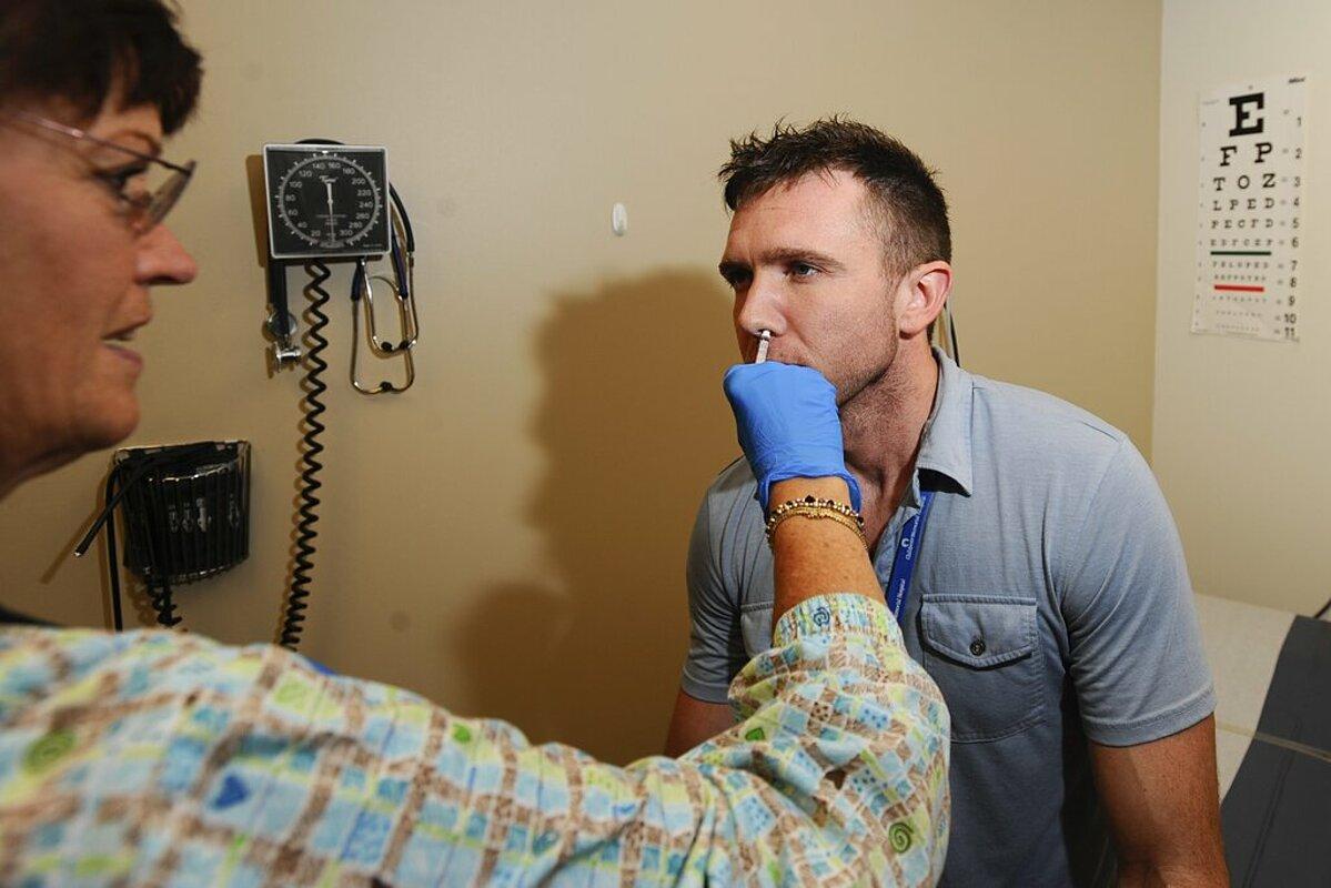 Người dân Mỹ đươc sử dụng vaccine H1N1 dạng xịt mũi, năm 2009. Ảnh: Shutterstock