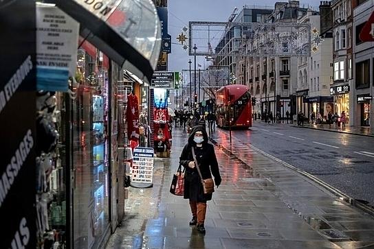 Người dân London đeo khẩu trang, đi lại trên đường phố vắng vẻ trong ngày đầu tiên thành phố áp đặt lệnh hạn chế cấp độ 3. Ảnh:NY Times