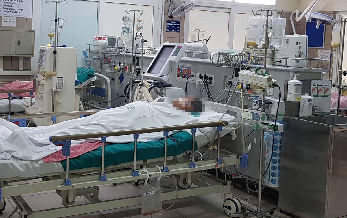 Một bệnh nhân bị ngộ độc rượu đang được điều trị tại Trung tâm. Ảnh: Lê Nga.