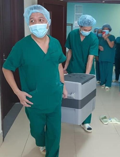 Ê kíp phẫu thuật vận chuyển tạng hiến tại Bệnh viện Bà Rịa. Ảnh: Trung tâm điều phối ghép tạng Quốc gia.